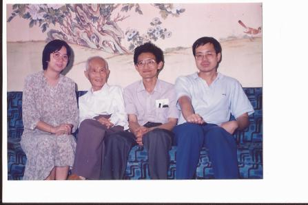 左起:陳中禧,謝扶雅教授,謝教授幼子,物理系鄧棠波教授。/陳中禧提供