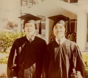 攝於一九八○年畢業禮,右起黄秉勤(炳根)、周國良合照。/黃秉勤提供
