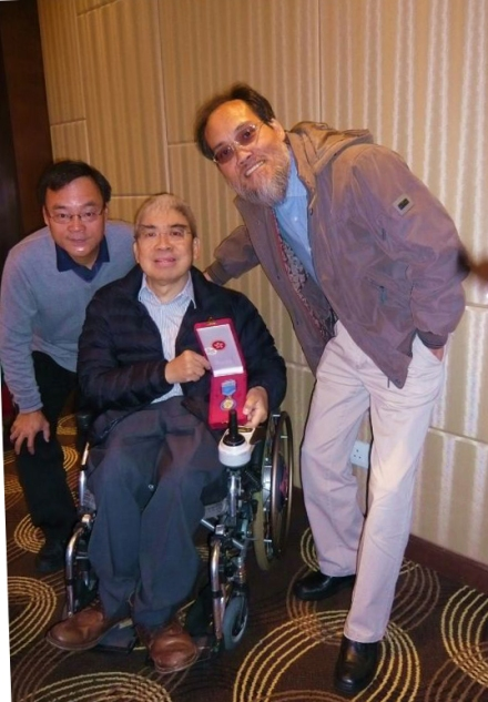 80學友陳錦元(中)2013年獲香港特區政府頒榮譽勳章,左為黄鍚豪,右為黄秉勤。/黃秉勤提供。