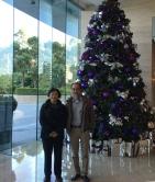 2015年冬,張壽安老師受聘為中大客座教授,黃秉勤與張師攝於中大實驗酒店宿舍大堂。/黃秉勤提供。