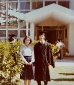 攝於一九八○年畢業禮,黄秉勤(炳根)與張壽安老師合照。/黃秉勤提供